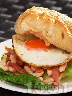 Американски сандвич с яйце, бекон, салата айсберг и боб - снимка на рецептата
